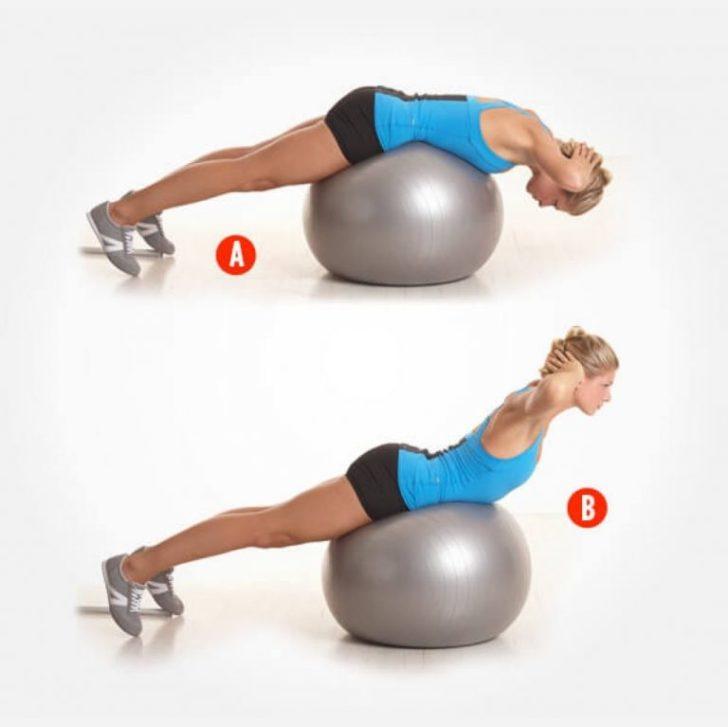 Девушка качает мышцы спины на мяче