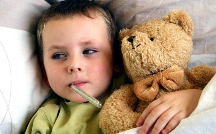 Ребёнок с градусником во рту
