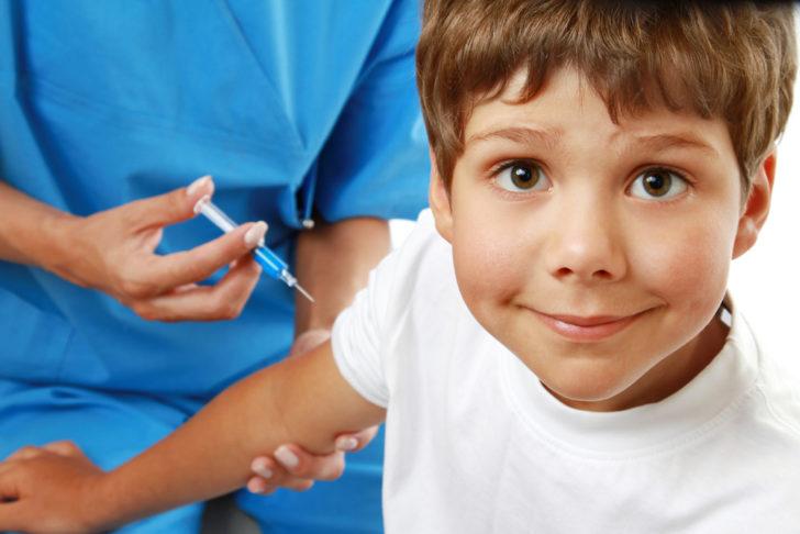 Доктор ставит мальчику укол