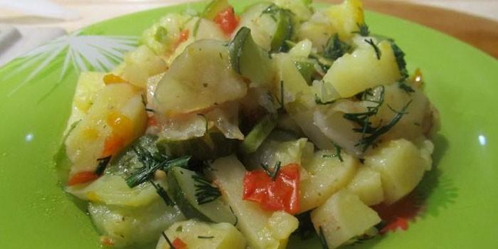 картофель с кабачками на блюде
