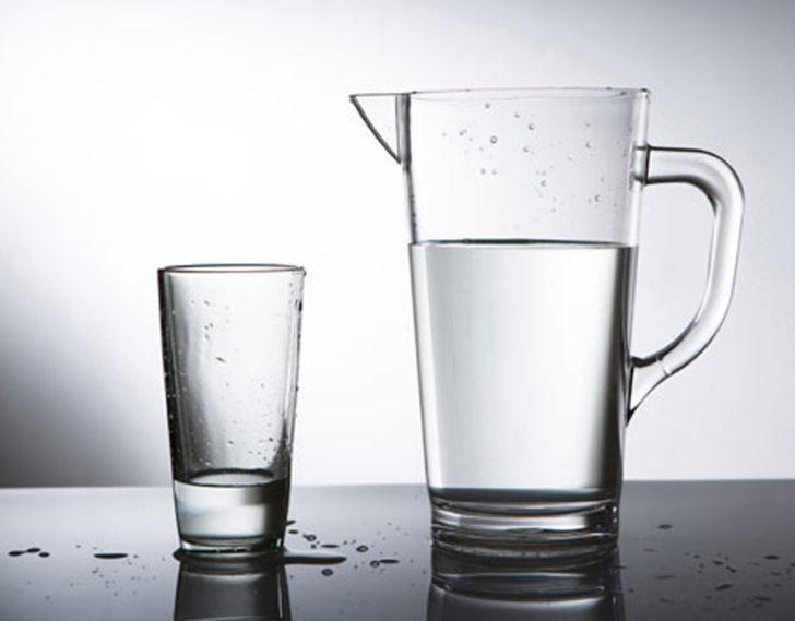 кувшин с водой и стакан