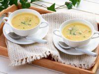 суп в тарелках на подносе
