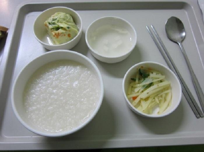 тарелки с едой на подносе