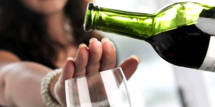Женщина отказывается от алкоголя
