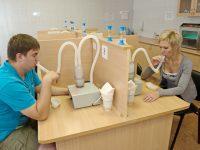 Мужчина и женщина на процедуре ультрафиолетового облучения