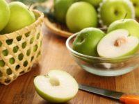 яблоки в миске и корзине