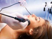 Женщина получает лазерную терапию