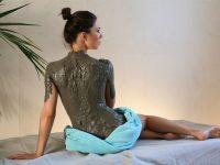 Девушка с грязевым обёртыванием спины и шеи