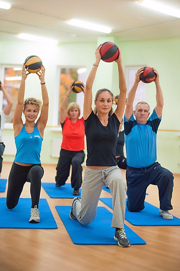 Люди занимаются гимнастикой