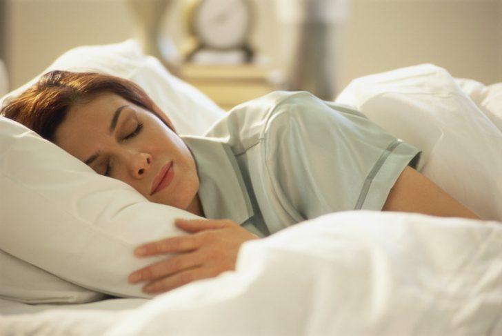 Женщина лежит в постели