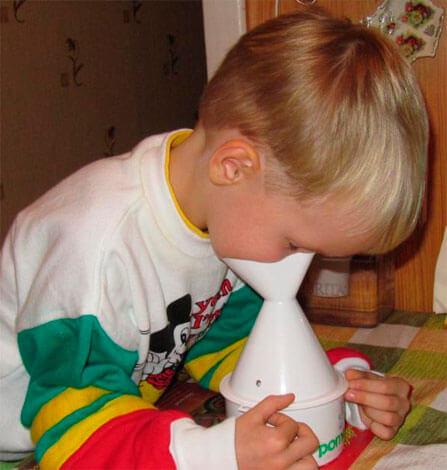 Ребенок делает паровую ингаляцию
