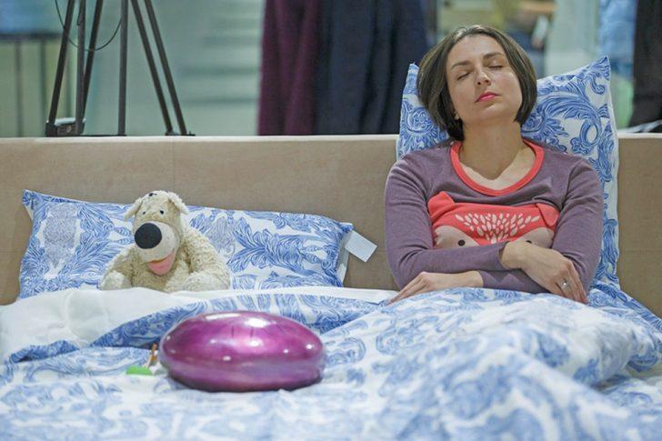 Девушка спит полусидя
