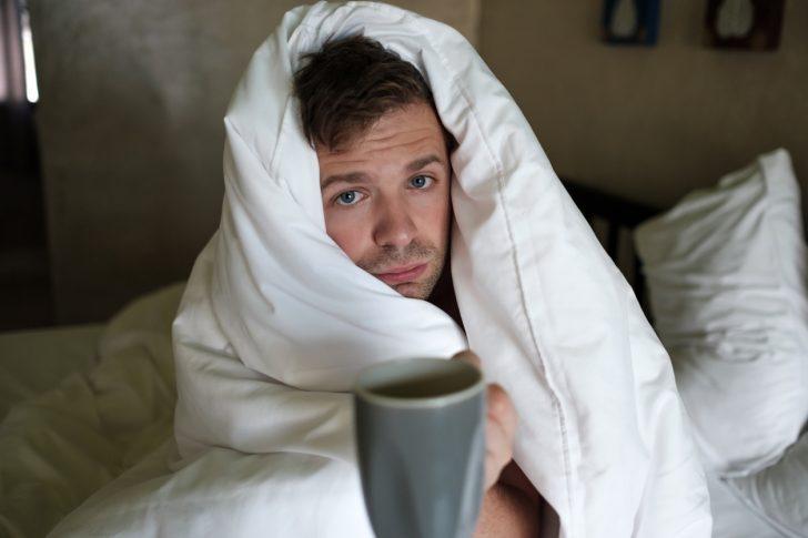 Мужчина закутался в одеяло