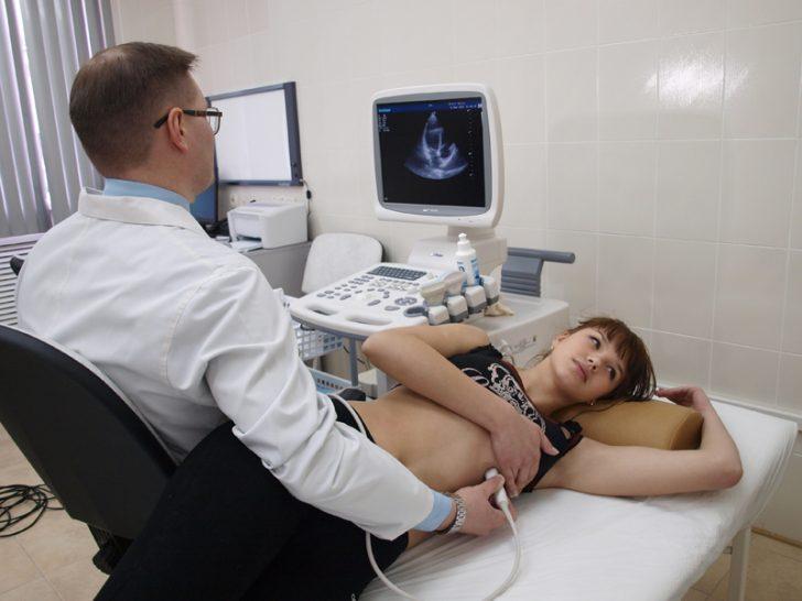 Доктор проводит пациентке УЗИ почек