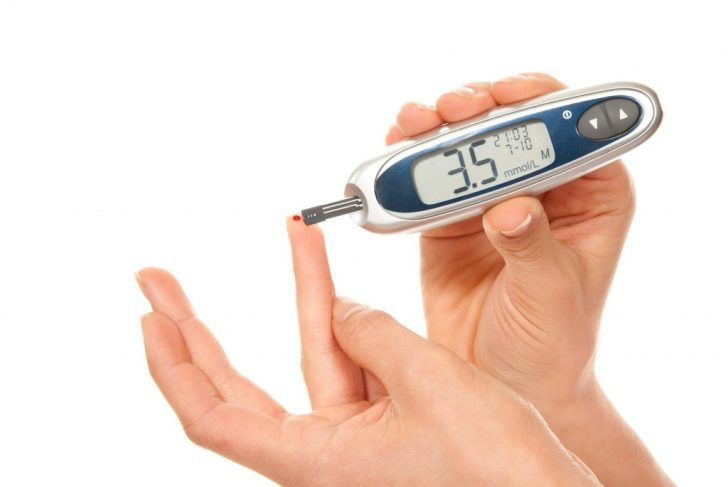 Измерение уровня сахара глюкометром
