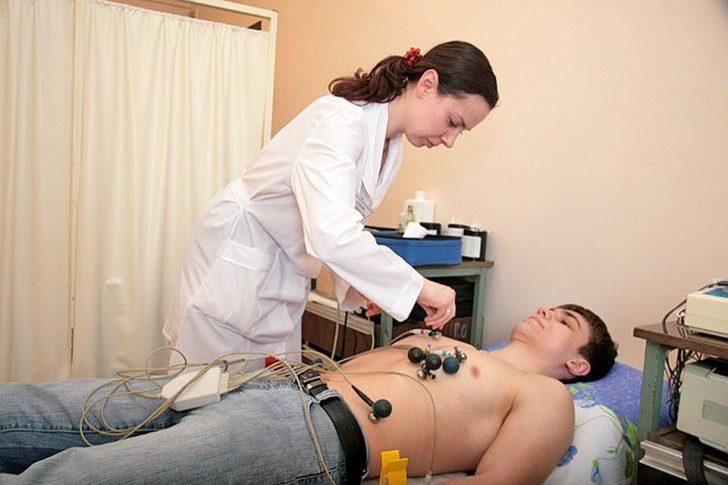 Пациенту делают ЭКГ