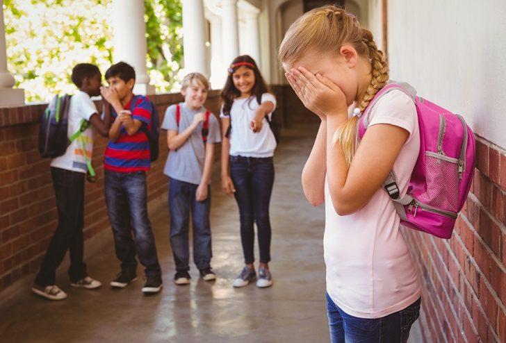 Дети насмехаются над девочкой