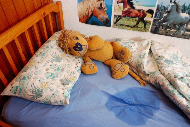 Детская кровать с мокрым пятном